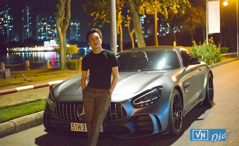 Doanh nhân Cường Dollar bên siêu xe  Mercedes-AMG GTR