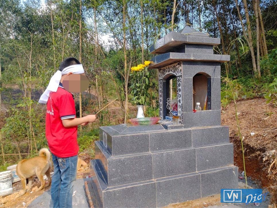 Bé Nguyễn Đ.H được bà ngoại dẫn ra mộ thăm mẹ