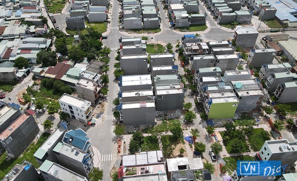 Một trong những dự án khu nhà ở thương mại của Công ty Phú Hồng Thịnh đã phủ kín nhà  ẢNH: LÊ BÌNH