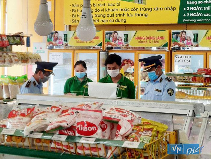Lực lượng QLTT Đắk Lắk kiểm tra tại cửa hàng Bách Hóa Xanh trên đường Ngô Quyền, Buôn Ma Thuột chiều 18.7